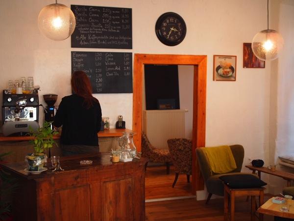 P8142330 ドイツ・ハイデルベルクの素敵でおしゃれなカフェは路地にある?