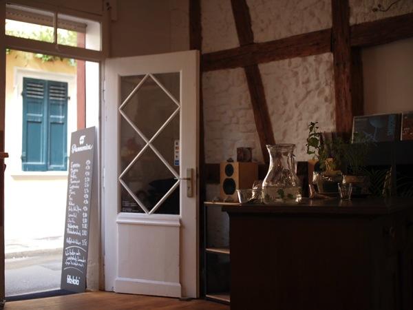 P8142345 ドイツ・ハイデルベルクの素敵でおしゃれなカフェは路地にある?