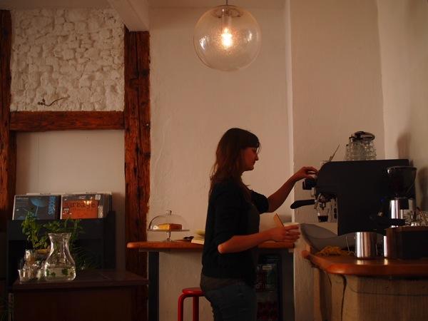 P8142352 ドイツ・ハイデルベルクの素敵でおしゃれなカフェは路地にある?