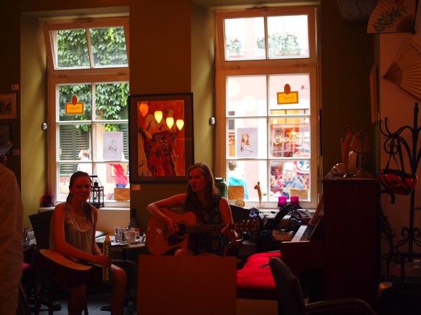 P8152760 賑やかすぎるドイツのカフェ!ハイデルベルクでギター美女が即興ライブ!