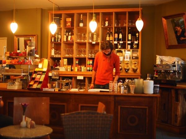 P81527711 賑やかすぎるドイツのカフェ!ハイデルベルクでギター美女が即興ライブ!