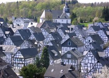 ドイツの隠れた絶景!白と黒のみで色のない街フロイデンベルク